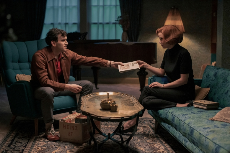 THE QUEEN'S GAMBIT (L to R) HARRY MELLING as HARRY BELTIK and ANYA TAYLOR-JOY as BETH HARMON in episode 104 of THE QUEEN'S GAMBIT Cr. PHIL BRAY/NETFLIX © 2020