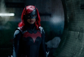 """Batwoman -- """"What Happened to Kate Kane?"""" -- Image Number: BWN201fg_0021r -- Pictured: Javicia Leslie as Batwoman -- Photo: The CW -- © 2021 The CW Network, LLC. All Rights Reserved."""