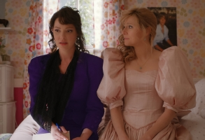 FIREFLY LANE (L to R) KATHERINE HEIGL as TULLY and SARAH CHALKE as KATE in episode 108 of  FIREFLY LANE. Cr. COURTESY OF NETFLIX © 2020