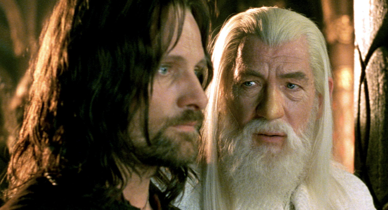 "Aragorn(Viggo Mortensen)、左とGandalf(Sir Ian Mckellan)右 ""リングスの帝王:王の帰還"" (2003)"