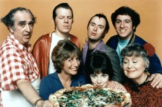 LAVERNE AND SHIRLEY, (back, from left): Phil Foster, Michael McKean, David L. Lander, Eddie Mekka, (front): Penny Marshall, Cindy Williams, Betty Garrett, 1976-1983. © Paramount / Courtesy: Everett Collection