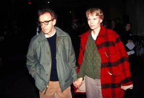 Woody Allen And Mia Farrow. Credit: 1517289Globe Photos/MediaPunch /IPX