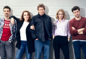 THE MOODYS: L-R: Jay Baruchel, Elizabeth Perkins, Denis Leary, Chelsea Frei and Francois Arnaud in season two of THE MOODYS premiering with two back-to-back episodes Thursday, April 1 (9:00-9:30 PM ET/PT and 9:30-10:00 PM ET/PT) on FOX.  ©2021 FOX MEDIA LLC. Cr. Cr: Kharen Hill/FOX.