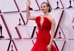 Amanda Seyfried arrives at the Oscars on Sunday, April 25, 2021, at Union Station in Los Angeles. (AP Photo/Chris Pizzello, Pool)