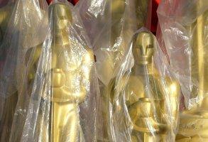 Numerosas estatuas del Oscar envueltas en pl?stico a la espera de su develaci?n para adornar la gran alfombra roja previo a la ceremonia de premiaci?n de la Academia.  (AP Photo/Amy Sancetta)