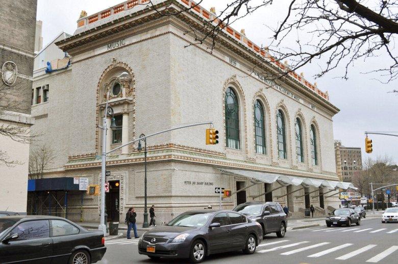نيويورك ، الولايات المتحدة الأمريكية - تُظهر الصورة التي تم التقاطها في 22 أبريل 2011 مبنى في بروكلين ، نيويورك ، حيث تقع BAMcinematek.  عرض فيلم المخرج الياباني كانيتو شيندو عام 1952 الذي يصور أهوال القنبلة الذرية ، `` أطفال هيروشيما '' ، لأول مرة في الولايات المتحدة في نفس اليوم على المسرح ، بينما بلغ المخرج ، وهو في الأصل من مدينة هيروشيما ، 99 في ذلك اليوم .  (كيودو)