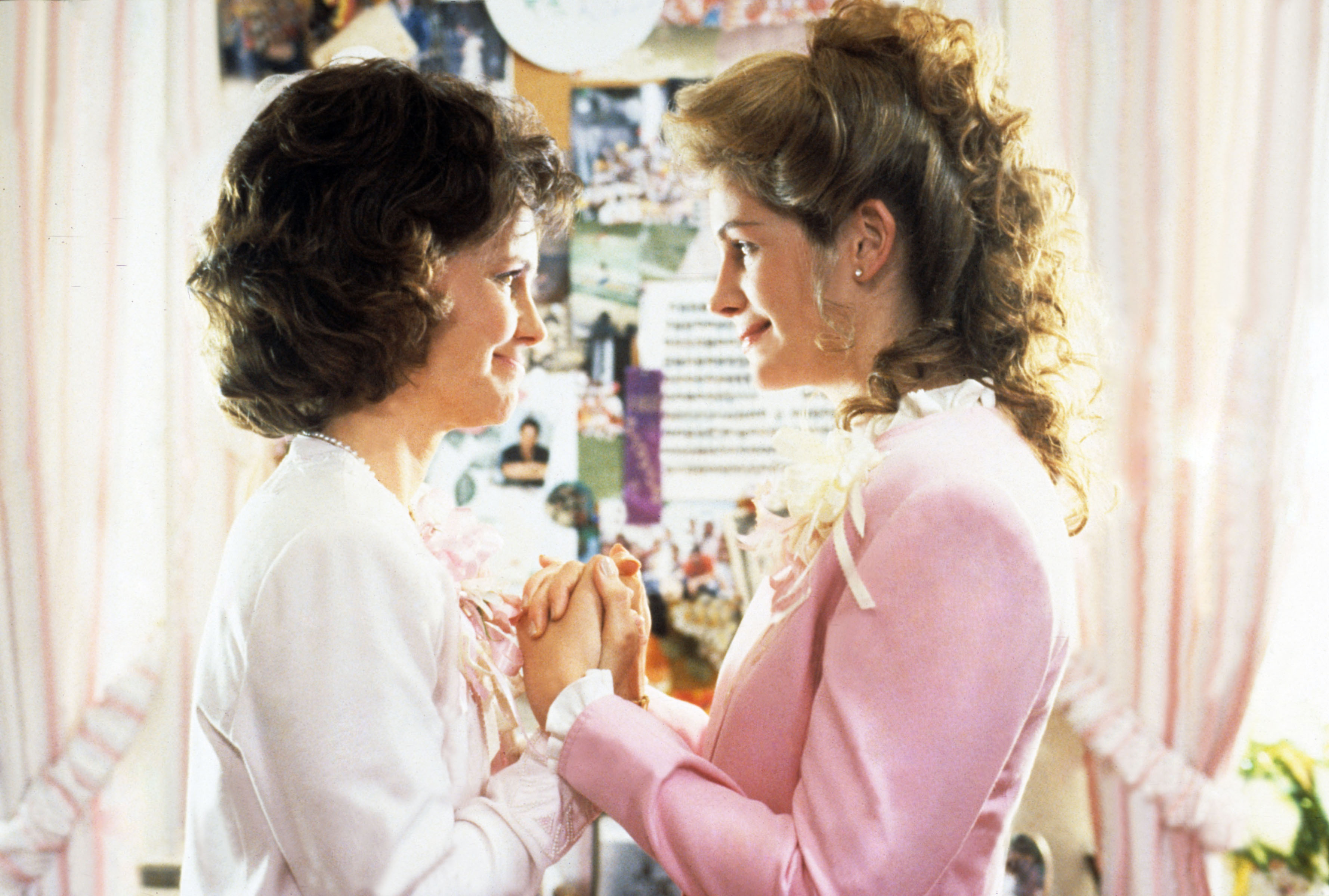 STEEL MAGNOLIAS, l-r: Sally Field, Julia Roberts, 1989. ©TriStar Pictures/courtesy Everett Collection