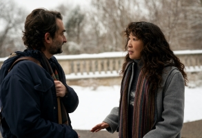 THE CHAIR (L to R) JAY DUPLASS as BILL and SANDRA OH as JI-YOON in episode 101 of THE CHAIR Cr. ELIZA MORSE/NETFLIX © 2021