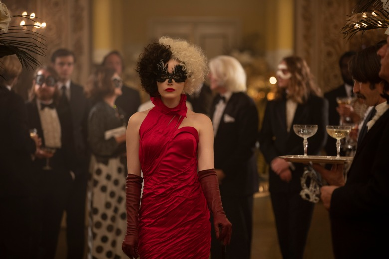 Emma Stone as Cruella in Disney's live-action CRUELLA. Photo by Laurie Sparham. © 2021 Disney Enterprises Inc. All Rights Reserved.