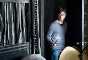 HARRY POTTER AND THE DEATHLY HALLOWS: PART 1, Daniel Radcliffe, 2010. ph: Jaap Buitendijk/©2010 Warner Bros. Ent. Harry Potter publishing rights ©J.K.R. Harry Potter characters, names and related indicia are trademarks of and ©Warner Bros. Ent. All rights reserved./Courtesy Everett Collection