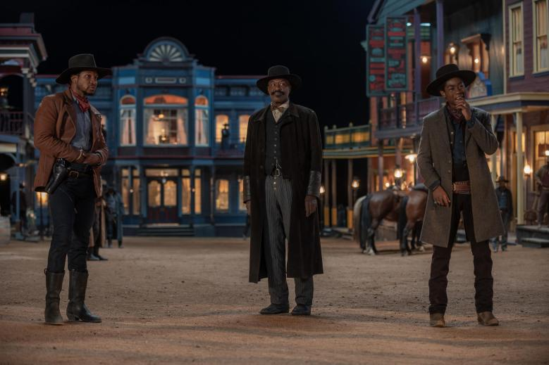 THE HARDER THEY FALL (L-R): JONATHAN MAJORSas NAT LOVE, DELROY LINDO as BASS REEVES, RJ CYLER as JIM BECKWOURTH. CR: DAVID LEE/NETFLIX© 2021