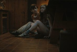 Fear Street Part 2: 1978 - (L-R) TED SUTHERLAND as NICK and SADIE SINK as ZIGGY. Cr: Netflix © 2021