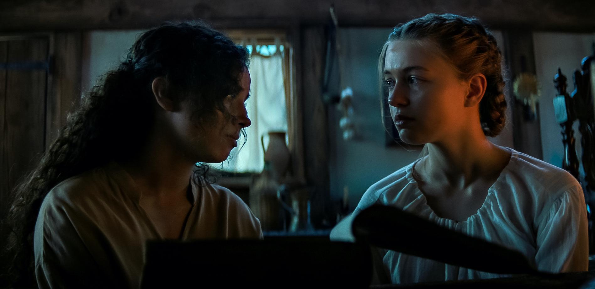 FEAR STREET PART 3: 1666 (L to R) KIANA MADEIRA as SARAH FIER and OLIVIA SCOTT WELCH as HANNAH MILLER. NETFLIX © 2021