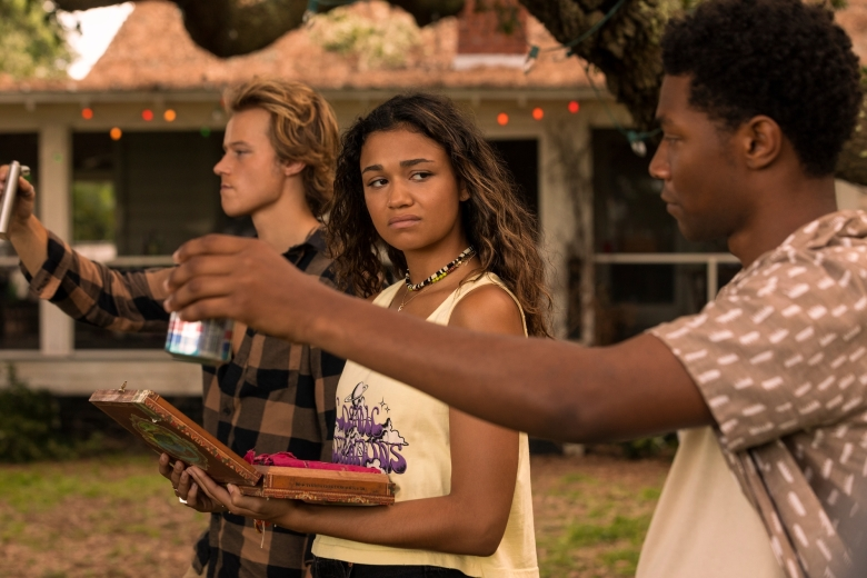 OUTER BANKS (L to R) RUDY PANKOW as JJ, MADISON BAILEY as KIARA and JONATHAN DAVISS as POPE in episode 201 of OUTER BANKS Cr. JACKSON LEE DAVIS/NETFLIX © 2021
