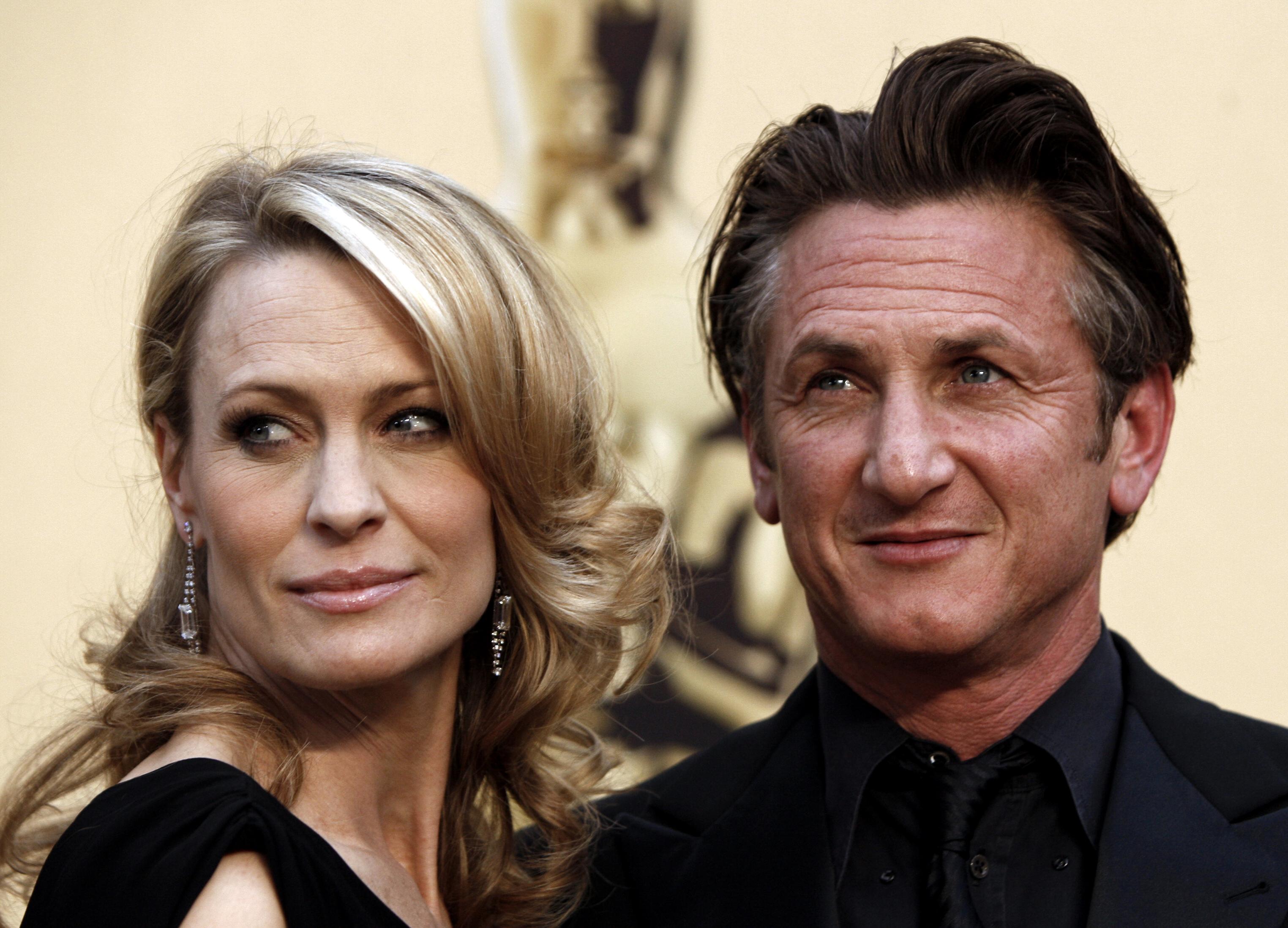File - In questa foto del file del 22 febbraio 2009, Robin Wright Benn, a sinistra, e Sean Benn arrivano nella sezione di Hollywood di Los Angeles per l'81esima edizione degli Academy Awards.  (Foto AB/Vendite Matt, file)