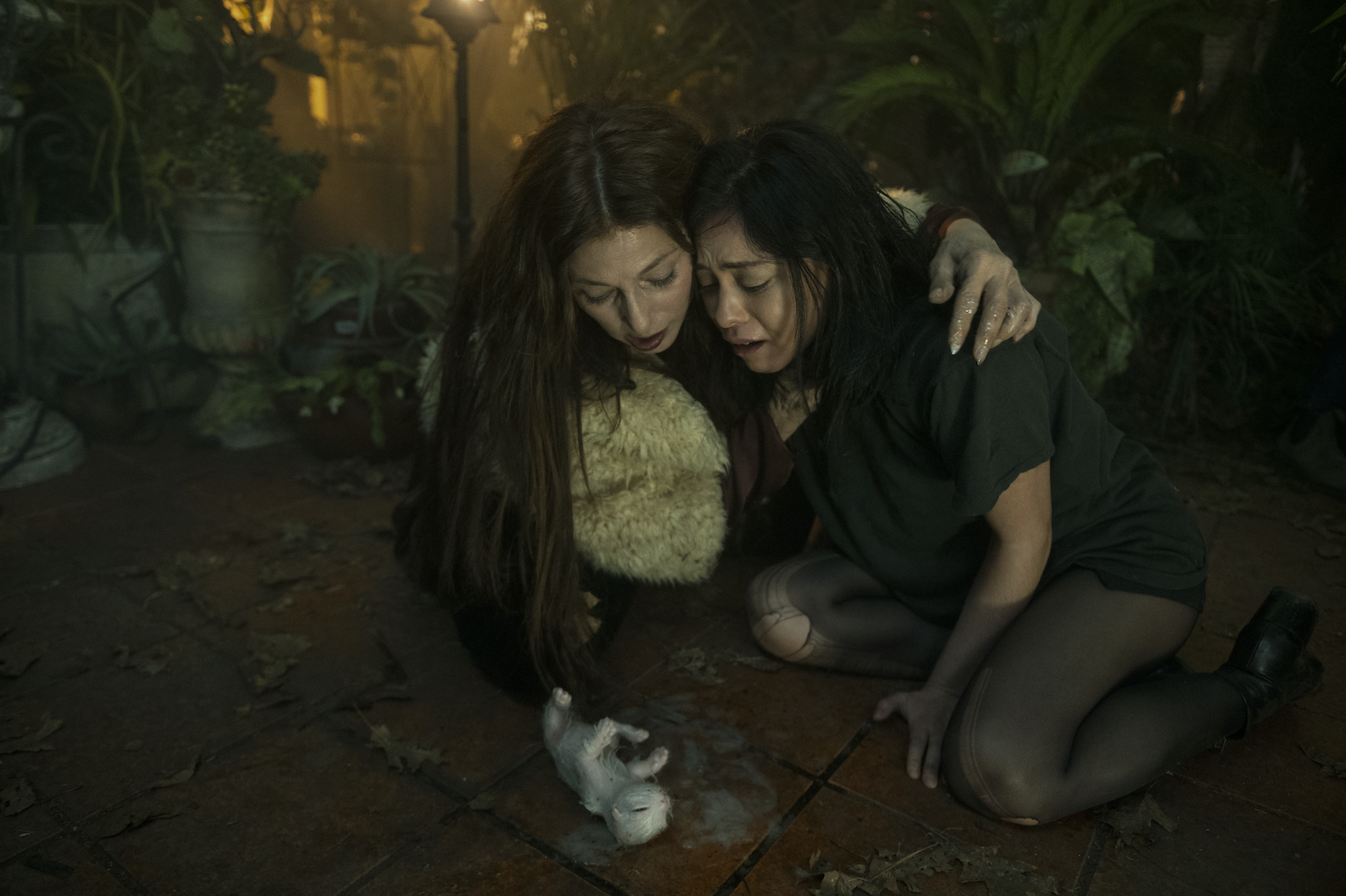 BRAND NEW CHERRY FLAVOR (L to R) CATHERINE KEENER as BORO and ROSA SALAZAR as LISA NOVA in episode 101 of BRAND NEW CHERRY FLAVOR Cr. SERGEI BACHLAKOV/NETFLIX © 2021