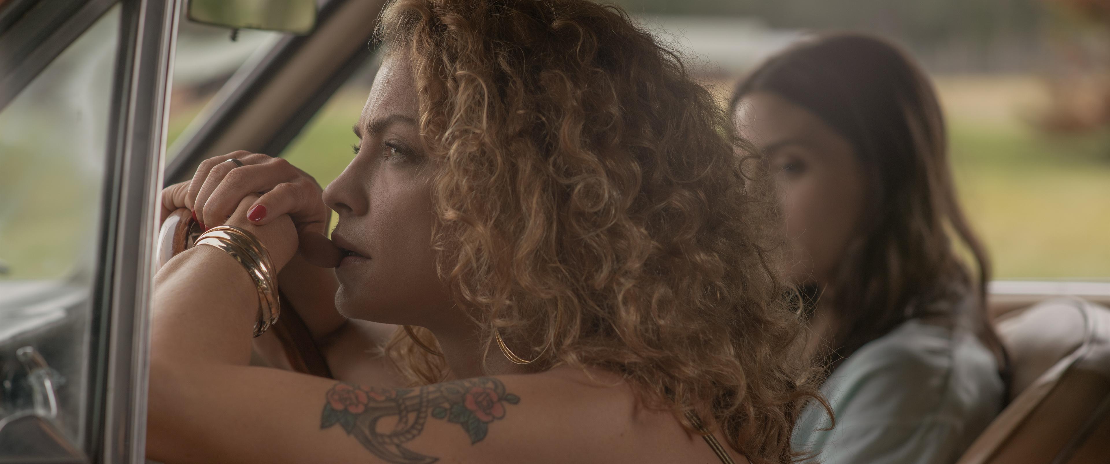 FEVER DREAM (de izquierda a derecha) Dolores Fonzi como Carola y Maria Valverde como Amanda en FEVER DREAM.  Registro comercial.  Diego Araya / Netflix © 2021