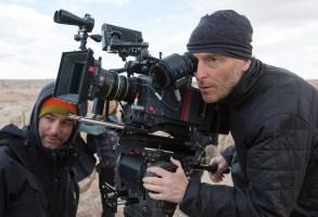 LAST DAYS IN THE DESERT, right: cinematographer Emmanuel Lubezki on location, 2015. ph: Francois Duhamel/©Broad Green Pictures/courtesy Everett Collection