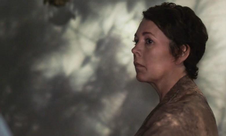 THE LOST DAUGHTER: OLIVIA COLMAN as LEDA. CR: YANNIS DRAKOULIDIS/NETFLIX © 2021.