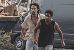 7 PRISIONEIROS (L to R) RODRIGO SANTORO as LUCA, CHRISTIAN MALHEIROS as MATEUS in 7 PRISIONEIROS movie. Cr. ALINE ARRUDA/NETFLIX © 2021