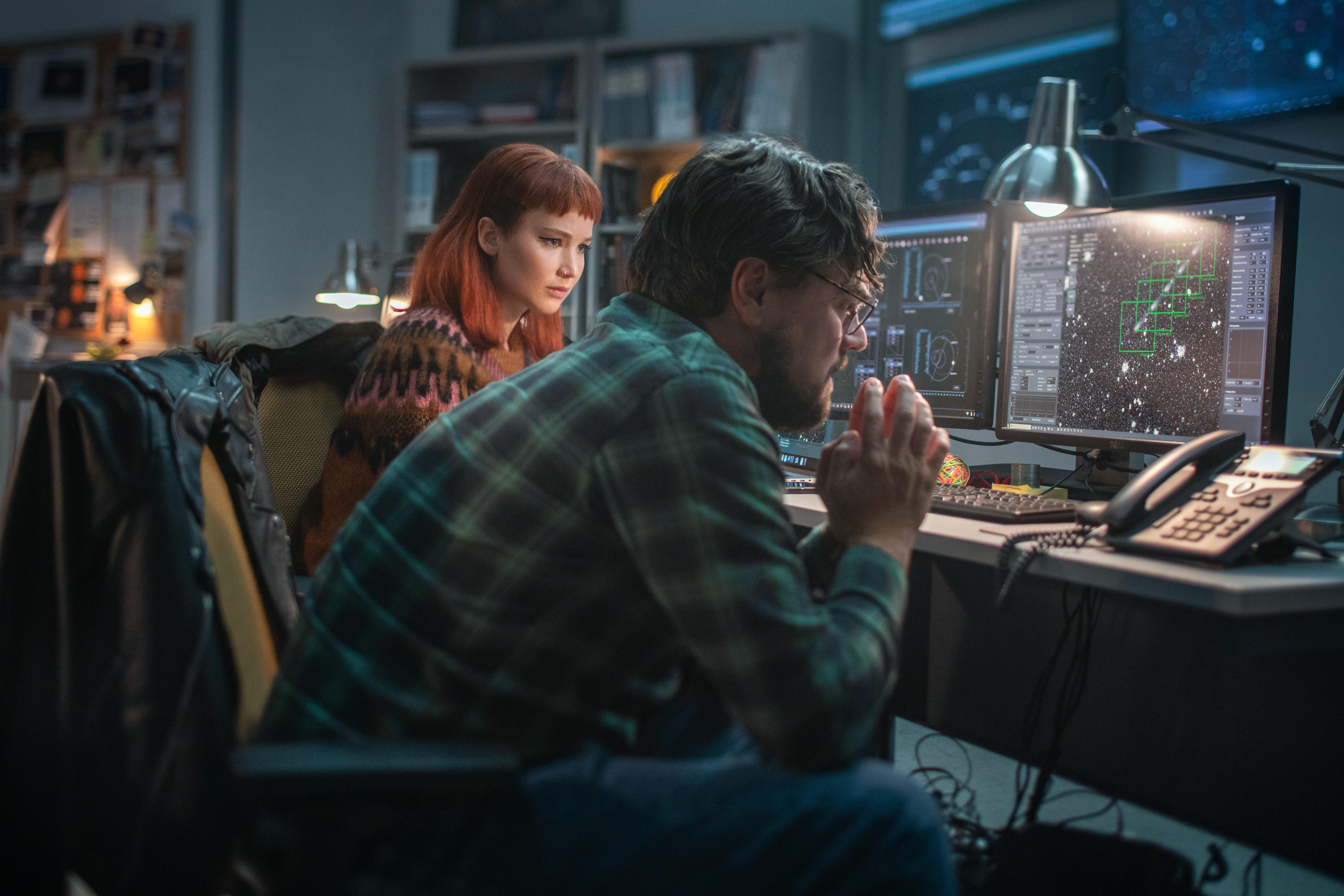 DON'T LOOK UP (L to R) JENNIFER LAWRENCE as KATE DIBIASKY, LEONARDO DICAPRIO as DR. RANDALL MINDY. Cr. NIKO TAVERNISE/NETFLIX © 2021