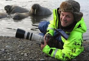 Doug Allan filming polar bears