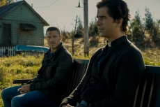 MIDNIGHT MASS (L to R) ZACH GILFORD as RILEY FLYNN and HAMISH LINKLATER as FATHER PAUL in episode 102 of MIDNIGHT MASS Cr. EIKE SCHROTER/NETFLIX © 2021