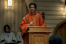 MIDNIGHT MASS (L to R) LOUIS MOFFAT as OOKER and HAMISH LINKLATER as FATHER PAUL in episode 105 of MIDNIGHT MASS Cr. EIKE SCHROTER/NETFLIX © 2021
