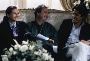 NOTTING HILL, Julia Roberts, director Roger Michell, Hugh Grant on set, 1999, (c) Universal/courtesy Everett Collection