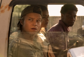 OUTER BANKS (L to R) RUDY PANKOW as JJ, MADISON BAILEY as KIARA, and JONATHAN DAVISS as POPE in episode 204 of OUTER BANKS Cr. JACKSON LEE DAVIS/NETFLIX © 2021