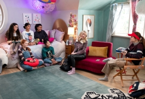 THE BABY-SITTERS CLUB (L to R) MALIA BAKER as MARY ANNE SPIER, VIVIAN WATSON as MALLORY PIKE, KYNDRA SANCHEZ as DAWN SCHAFER, ANAIS LEE as JESSI RAMSEY, MOMONA TAMADA as CLAUDIA KISHI, SHAY RUDOLPH as STACEY MCGILL, and SOPHIE GRACE as KRISTY THOMAS in episode 203 of THE BABY-SITTERS CLUB Cr. LIANE HENTSCHER/NETFLIX © 2021