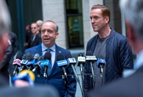 """(L-R): Paul Giamatti as Chuck Rhoades and Damian Lewis as Bobby """"Axe"""" Axelrod in BILLIONS """"No Direction Home"""". Photo Credit: Laurence Cendrowicz/SHOWTIME"""